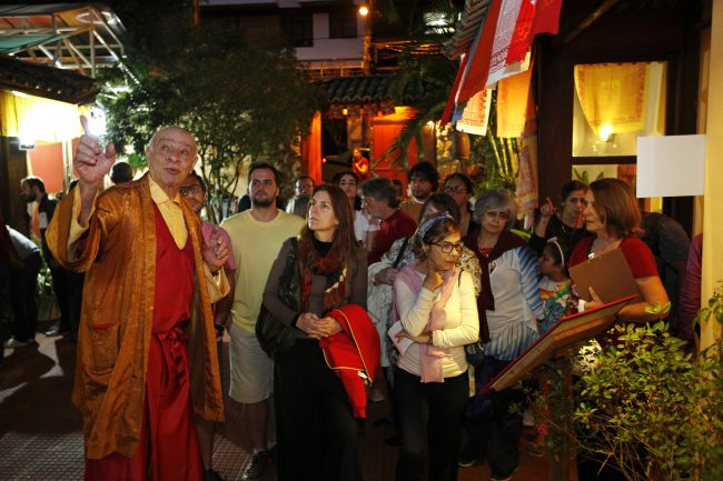 Visitantes durante a exposição de 30 anos do CNBT aprendendo sobre o significado de nossa Stupa.