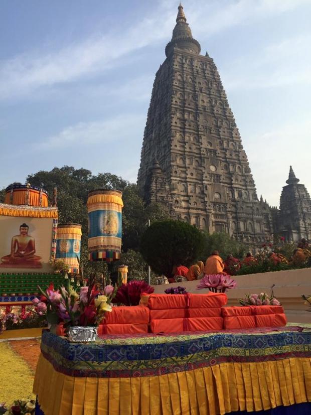 Livros embrulhados para serem entregues ao monge e, ao fundo, a stupa de Bodh Gaya, na Índia.